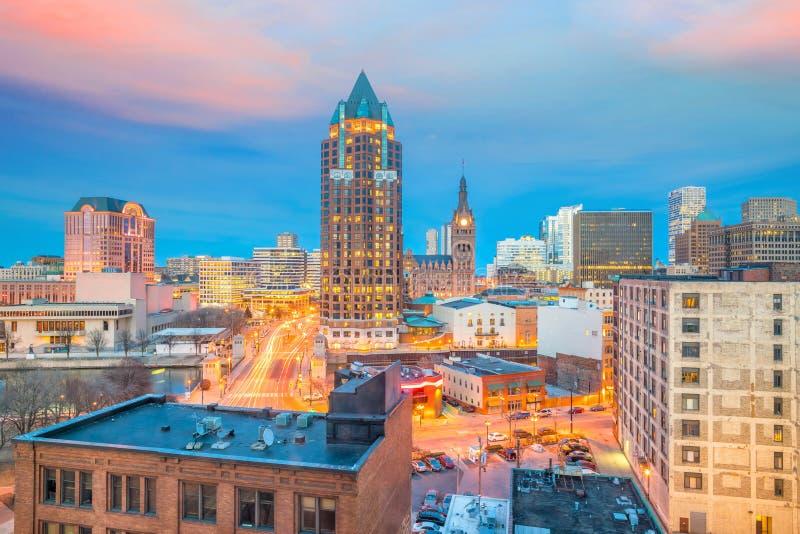 I stadens centrum horisont med byggnader i Milwaukee USA royaltyfri foto