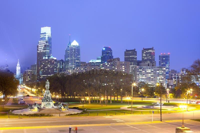 I stadens centrum horisont med stadshuset på natten i Philadelphia royaltyfri fotografi