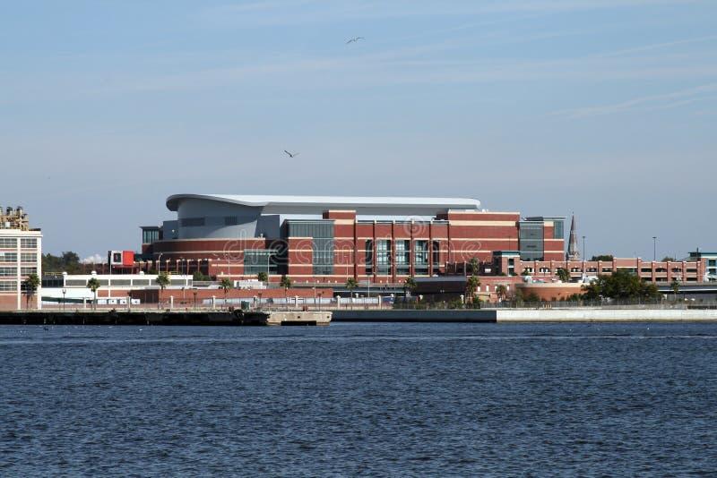 I stadens centrum Jacksonville, Florida längs Stet Johns River arkivbild