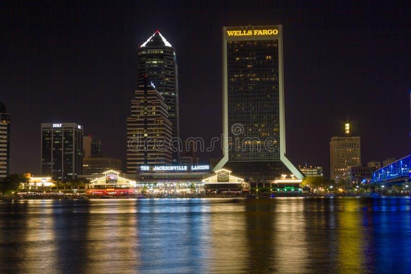 I stadens centrum Jacksonville Florida på natten arkivbilder