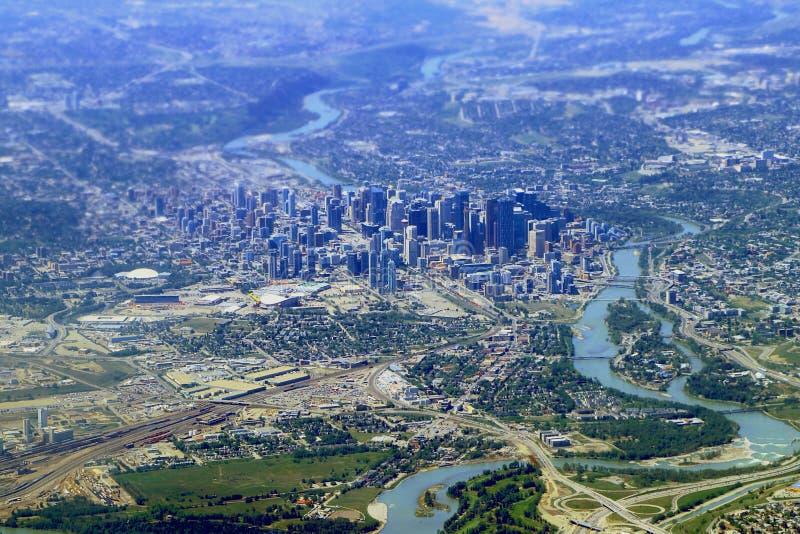 I stadens centrum kärna av Calgary och pilbågen River Valley från luften, Alberta royaltyfria bilder