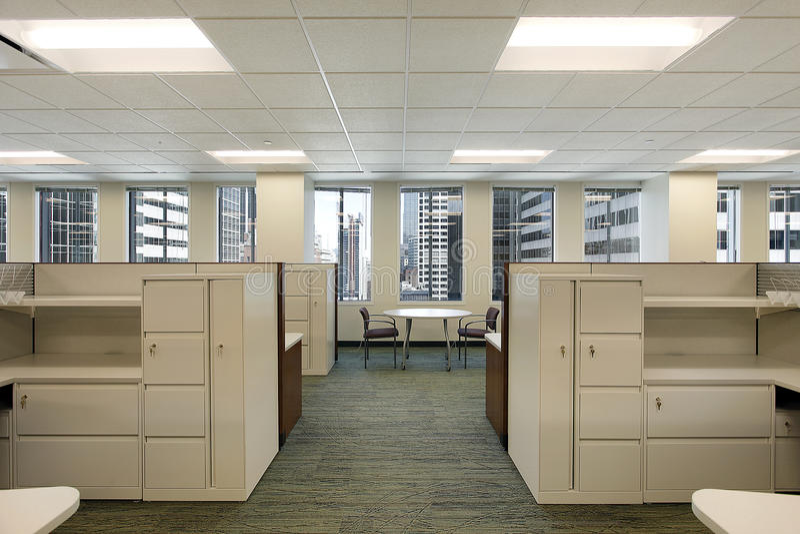 i stadens centrum kontor för byggnadscubicles royaltyfri fotografi