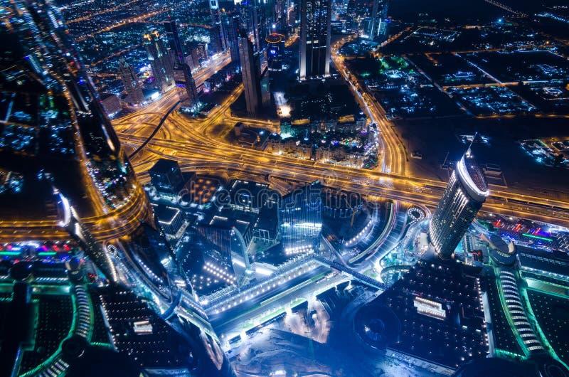 I stadens centrum ljus och schejken för dubai futuristiska stadsneon zayed vägen arkivfoton