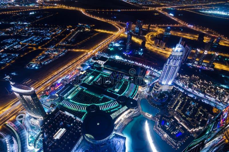 I stadens centrum ljus och schejken för dubai futuristiska stadsneon zayed vägen royaltyfri bild