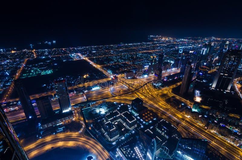 I stadens centrum ljus och schejken för dubai futuristiska stadsneon zayed vägen arkivbild