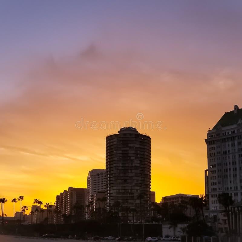 I stadens centrum Long Beach horisont på solnedgången arkivbild