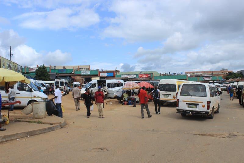 I stadens centrum Manzini, Swaziland, sydliga Afrika, afrikansk gataplats royaltyfria bilder