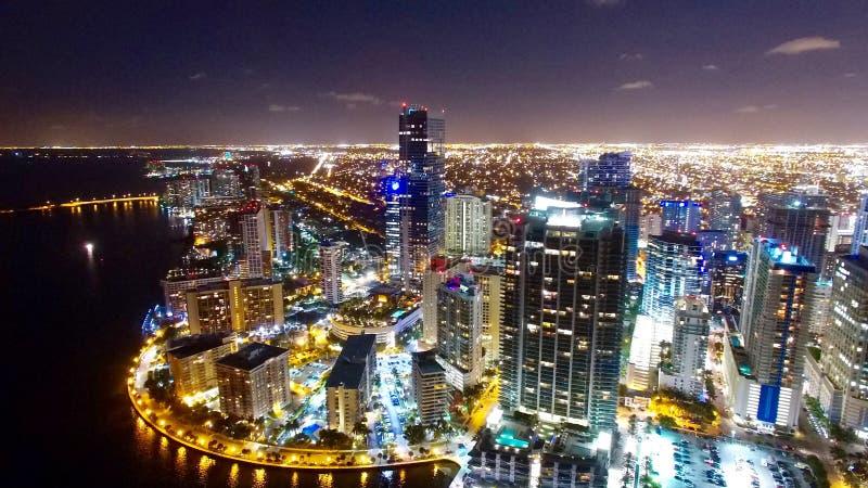 I stadens centrum Miami flyg- natthorisont royaltyfri bild