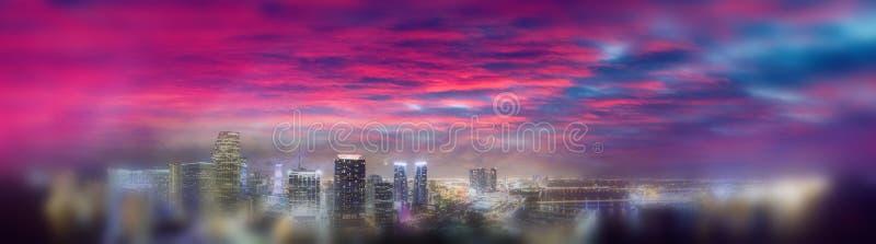 I stadens centrum Miami på solnedgången, flyg- panoramautsikt arkivfoton