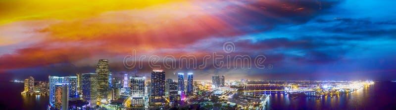 I stadens centrum Miami på solnedgången, flyg- panoramautsikt arkivbilder
