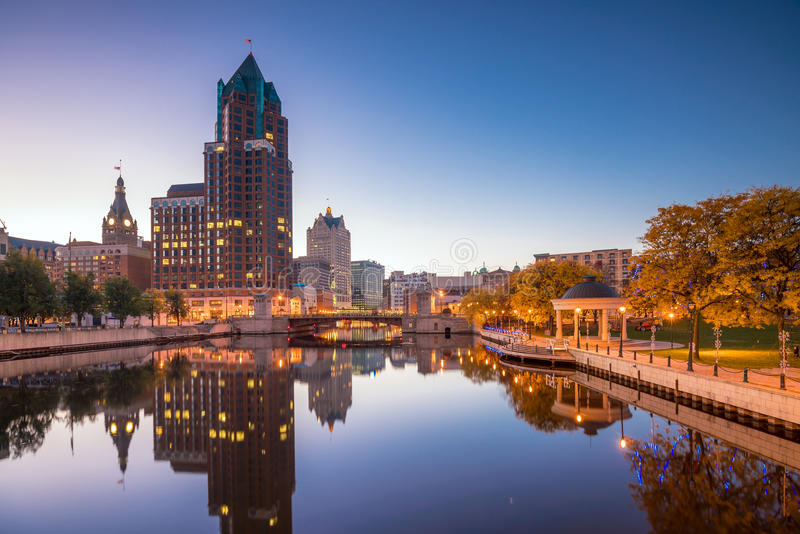 I stadens centrum Milwaukee horisont i USA royaltyfri foto