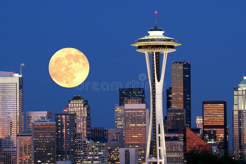 i stadens centrum moonrise över seattle royaltyfria foton
