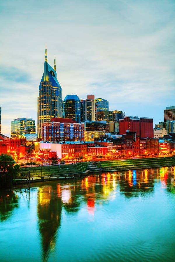 I stadens centrum Nashville cityscape i aftonen fotografering för bildbyråer