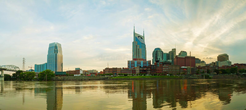 I stadens centrum Nashville cityscape i aftonen royaltyfria bilder