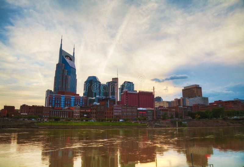 I stadens centrum Nashville cityscape i aftonen arkivbilder