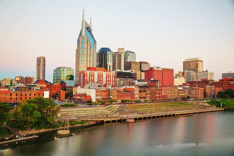 I stadens centrum Nashville cityscape i aftonen arkivfoto