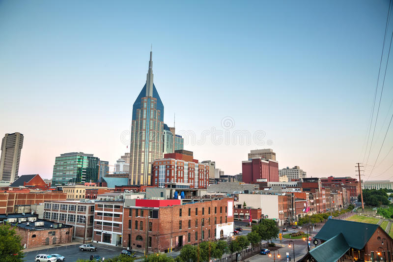 I stadens centrum Nashville cityscape i aftonen arkivfoton