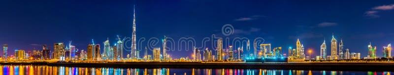I stadens centrum nattpanorama av Dubai arkivfoton