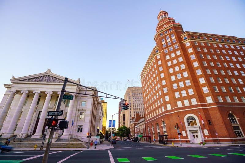 I stadens centrum New Haven horisont på skymning royaltyfri foto