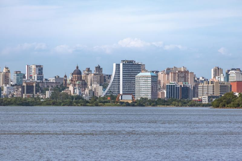 I stadens centrum Porto Alegre Skyline med den administrativa byggnad och domkyrkan på den Guaiba floden - Porto Alegre, Rio Gran royaltyfri bild