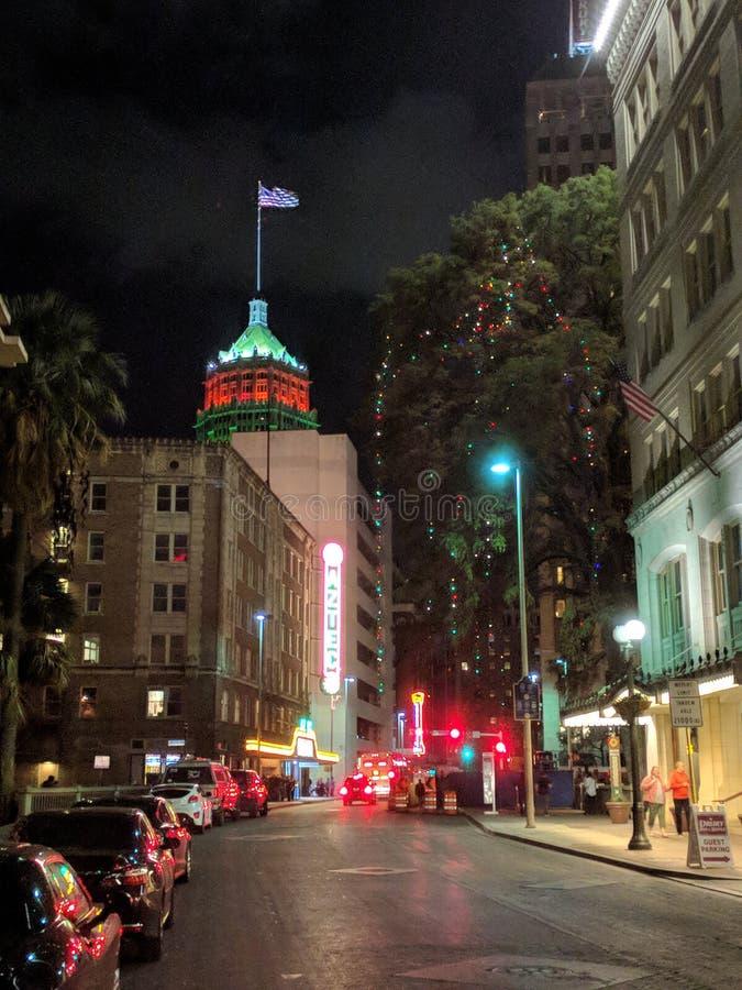 I stadens centrum San Antonio Texas på natten arkivfoto