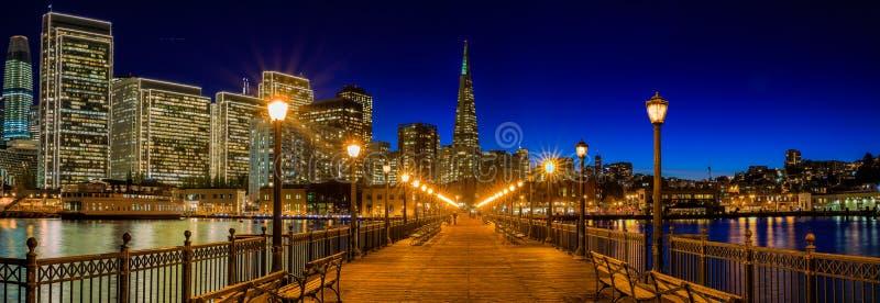 I stadens centrum San Francisco och den Transamerica pyramiden på Chrismas royaltyfri fotografi