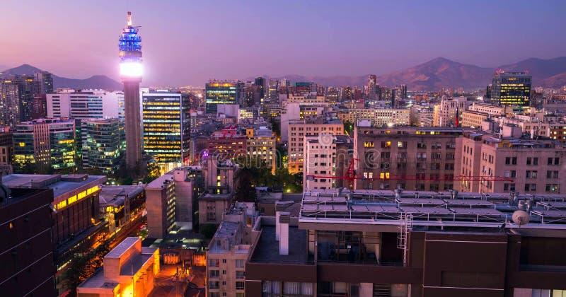 I stadens centrum Santiago de Chile, moderna skyskrapor som är blandade med historiska byggnader, Chile arkivbilder