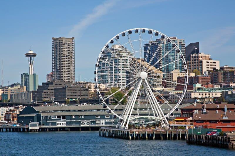 I stadens centrum Seattle strand och det stora hjulet arkivfoton