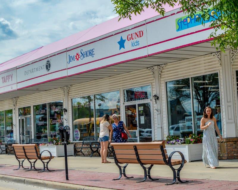 I stadens centrum shopping - Wisconsin Dells arkivfoton