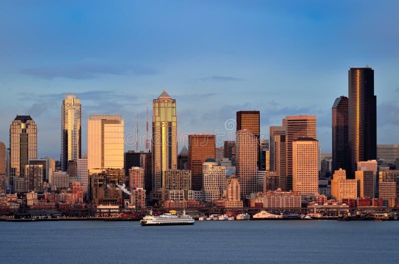 i stadens centrum skymningseattle horisont fotografering för bildbyråer