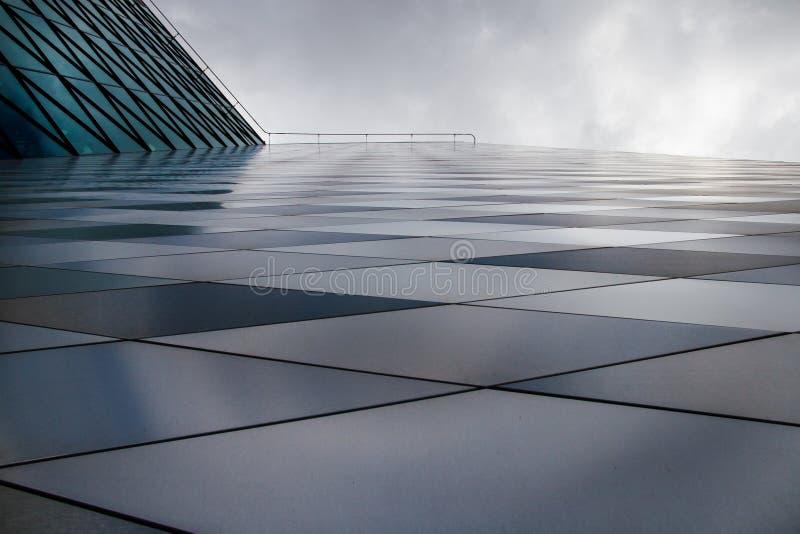 I stadens centrum skyskrapafasad royaltyfria foton