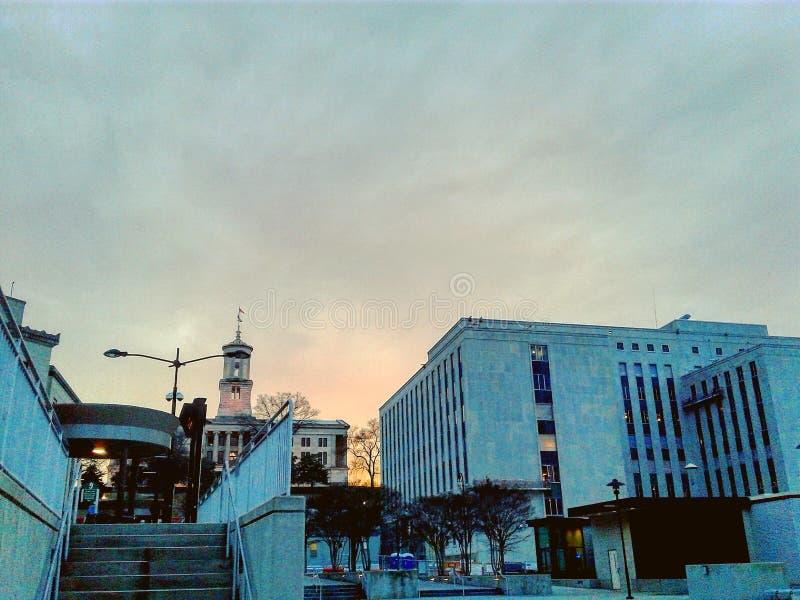 I stadens centrum solnedgång royaltyfri bild