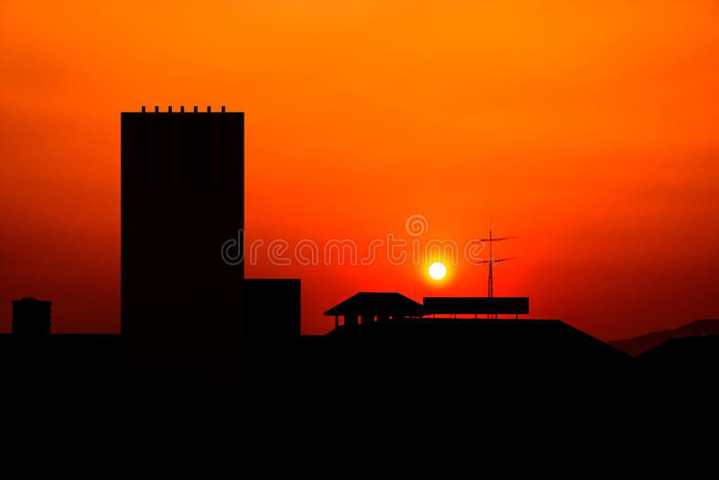 i stadens centrum solnedgång fotografering för bildbyråer