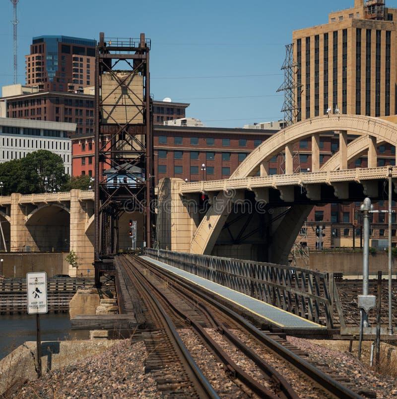 I stadens centrum St Paul och broar royaltyfri foto