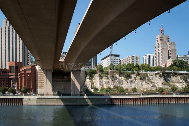 I stadens centrum St Paul och huvudvägbro arkivfoton