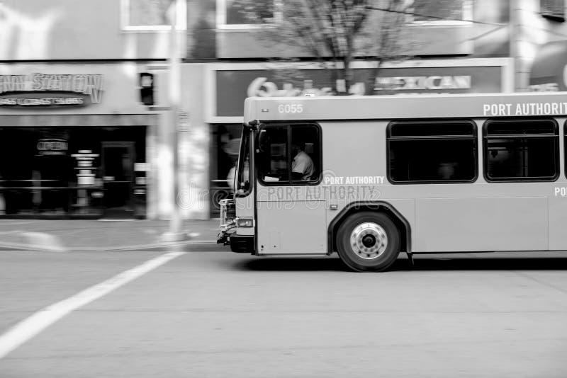 I stadens centrum stad för buss royaltyfri fotografi