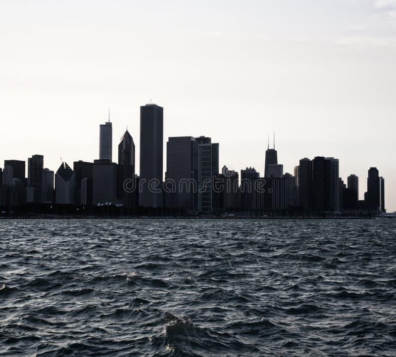 I stadens centrum stads- horisont för Chicago stad på skymning med skyskrapor över Lake Michigan Nattsikt Chicago royaltyfri fotografi