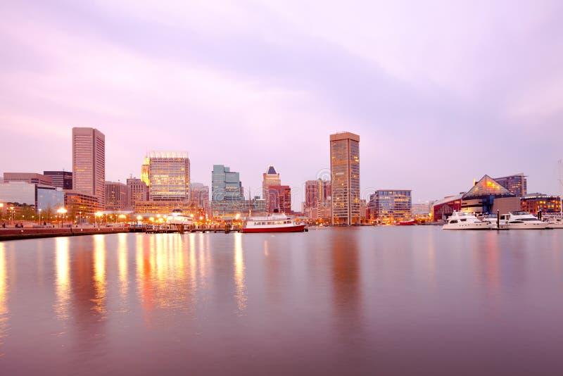 I stadens centrum stadshorisont och inre hamn i Baltimore royaltyfria bilder