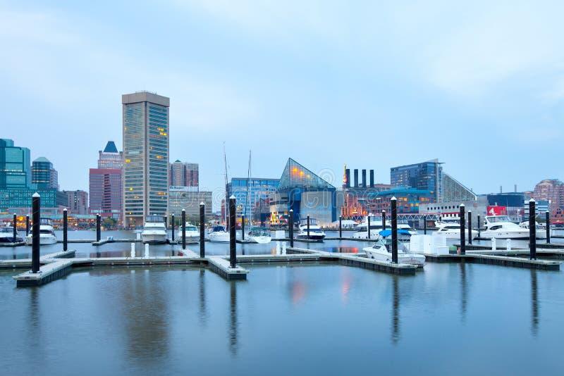 I stadens centrum stadshorisont på den inre hamnen i Baltimore royaltyfri foto