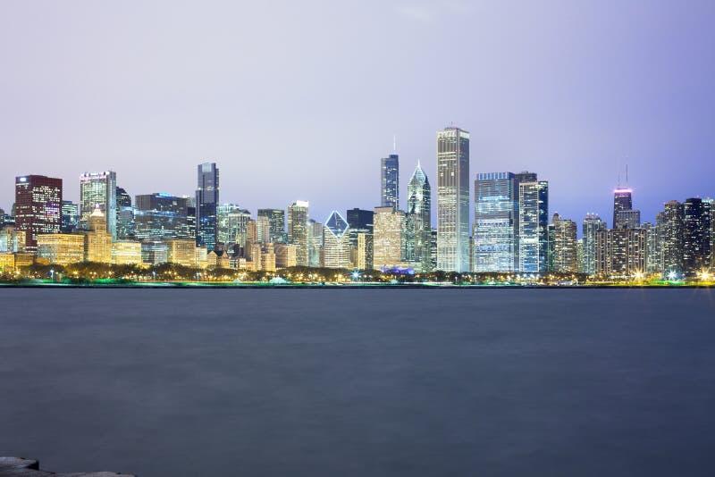 I stadens centrum stadshorisont på natten av Chicago royaltyfria foton