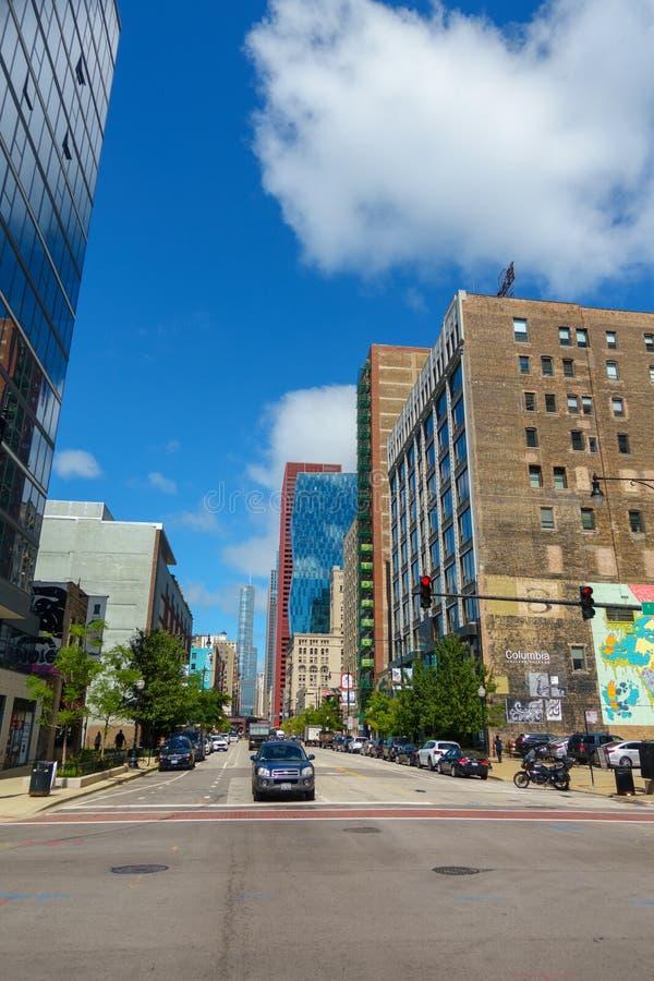 I stadens centrum trafik och sikt på tid för solig dag arkivbild