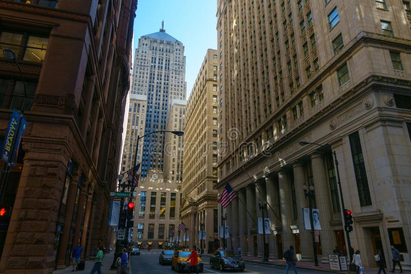I stadens centrum trafik och sikt på tid för solig dag royaltyfri foto