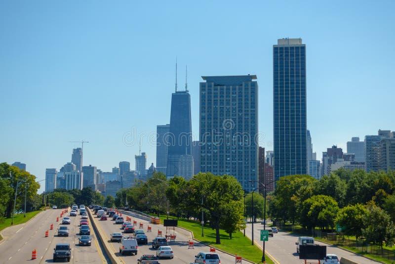 I stadens centrum trafik och sikt på tid för solig dag royaltyfria bilder