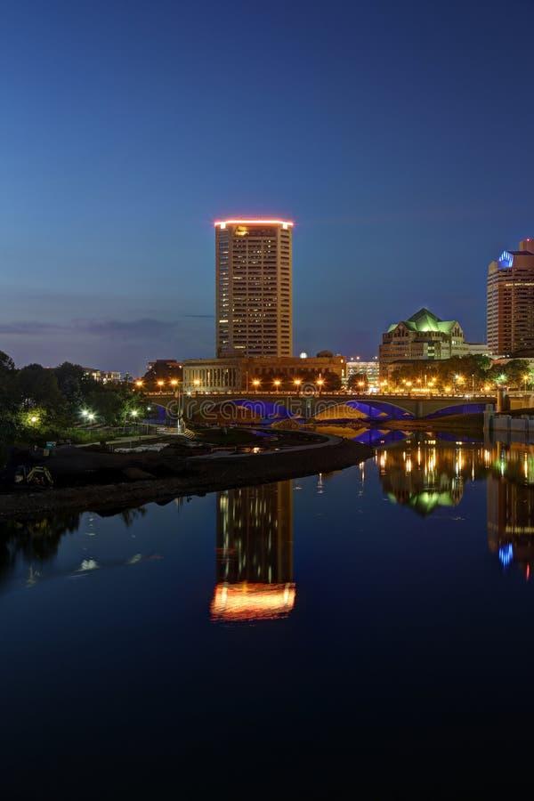 I stadens centrum utsikt för scenisk nattetid royaltyfri fotografi