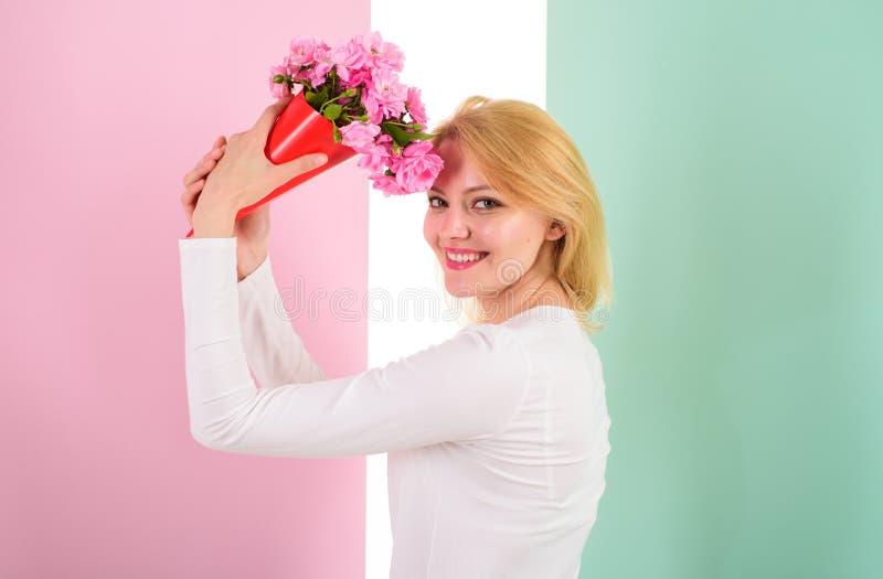I suoi fiori del favorito I fiori del mazzo della tenuta della ragazza godono della fragranza favorita Fiori favoriti ricevuti fe fotografia stock libera da diritti