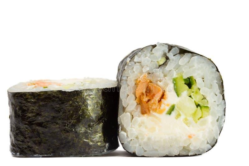 I sushi arrivano a fiumi il nori con il salmone isolato su fondo bianco immagine stock