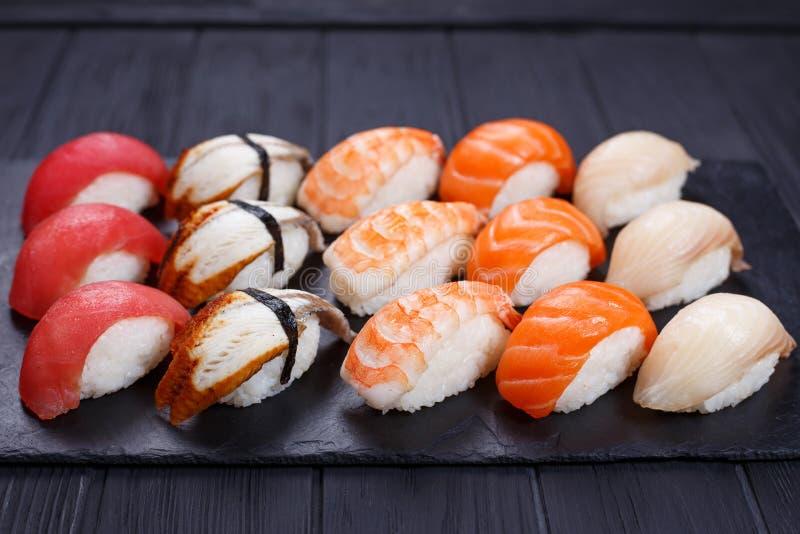 I sushi di Nigiri con il salmone, la cernia, l'anguilla, tonno e gamberetto, hanno servito la o immagini stock