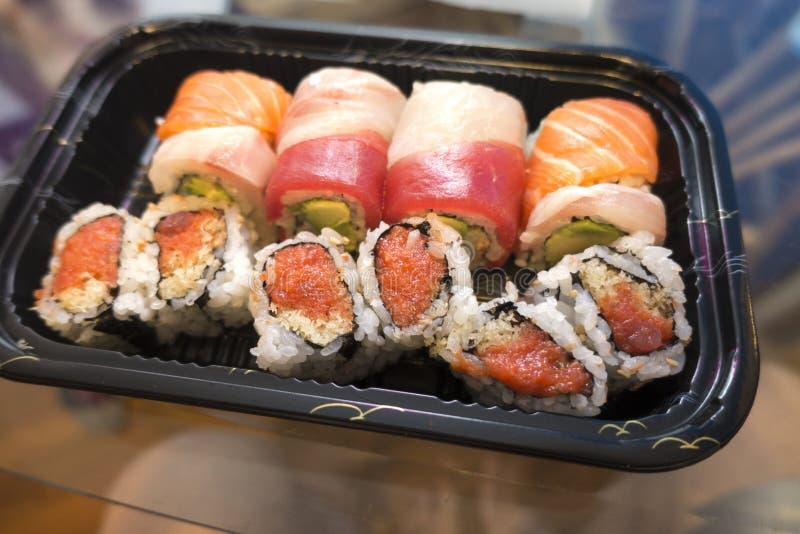 I sushi eliminano il rotolo piccante dell'arcobaleno e del tonno immagini stock libere da diritti