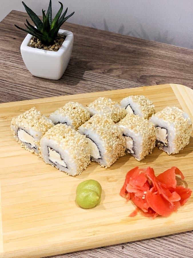I sushi giapponesi hanno consegnato l'alimento sano veloce pronto da mangiare domestico immagini stock