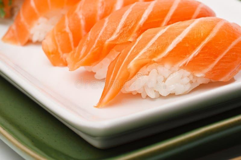 I sushi hanno impostato con i salmoni immagini stock